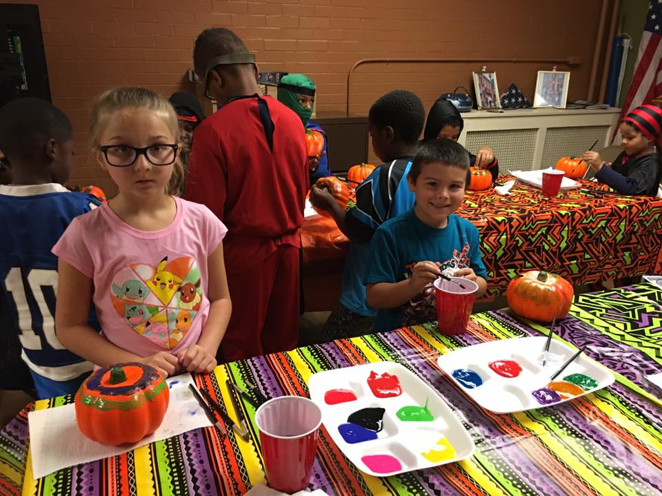 2016-1022-young-museum-patrons-paint-pumpkins